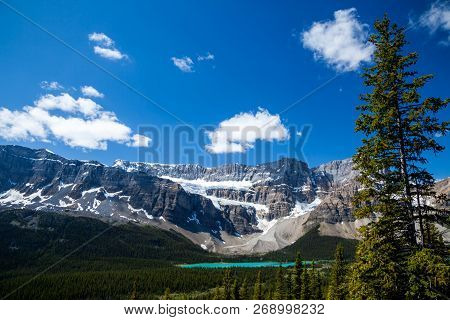 Bow Lake And The Crowfoot Clacier In Banff National Park, Alberta, Canada
