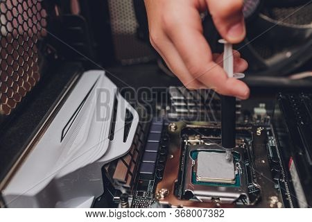 Male Hands Wear Gloves, Use Thermal Grease On The Processor.