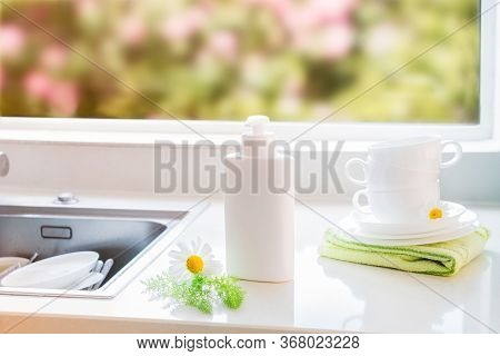 Eco Friendly Non-toxic Cleaning Dish Soap With Natural Ingredients, Chamomile Flowers, Clean White C