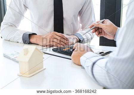 Estate Agent Broker Reach Contract Form And Presentation To Client Signing Agreement Contract Real E