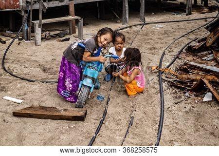 Mabul Island, Sabah, Malaysia - Aug 08, 2018: A Happy Face And Enjoy Of The Kids Life At Mabul Islan