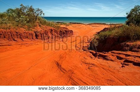 Western Australia – Outback sand track for 4WD car downhill to the ocean at Dampier Peninsula