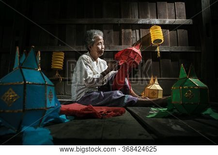 Thai Old Women Made The Lantern For Yeepeng Festival