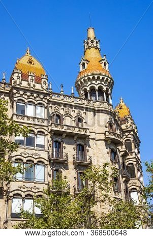 Cases Antoni Rocamora. The Building Was Built By The Bassegoda Brothers In 1917 In Passeig De Gracia