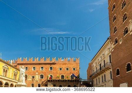 Statue Di Dante Alighieri, Loggia Del Consiglio Lodge, Palazzo Podesta And Palazzo Di Cansignorio Pa