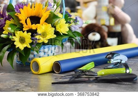 Workplace Florist. Floral Business Online. Flower Delivery At Home. Ordering Floral Bouquet As A Gif