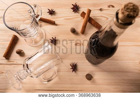 Differential Focus. Limpid Glasses For Mulled Wine, Cork Bottle With Red Wine, Fragrant Cinnamon Sti