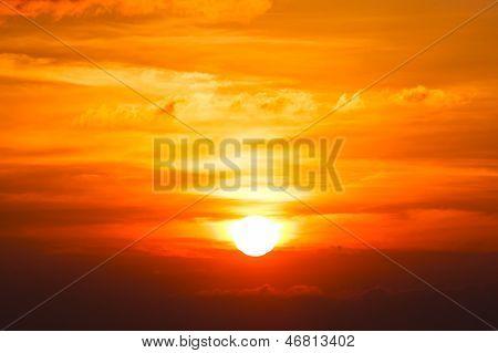 Brilliant Orange Sonnenaufgang über den Wolken