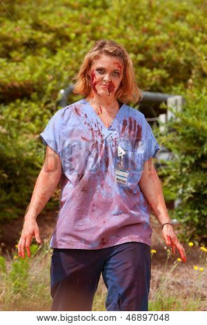 Blut getränkt Zombie Krankenschwester Wanders ziellos bei 5K Rennen