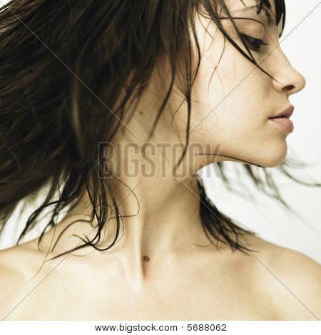 Profil anzeigen: junge Frau mit der Entwicklung von Haar