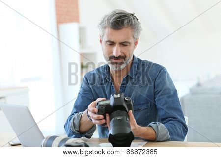 Photo reporter working in office