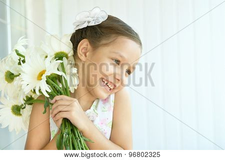 Little girl with dasies flowers