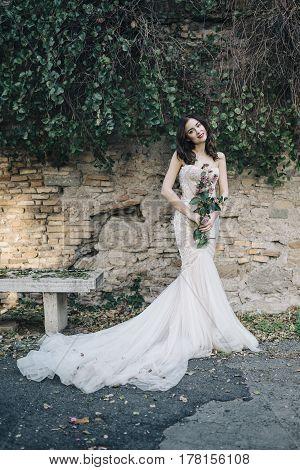 Bohemian fineart wedding lifestyle in park bench wedding