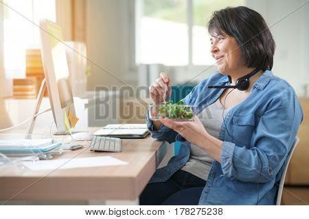 Telemarketing operator having lunch at work