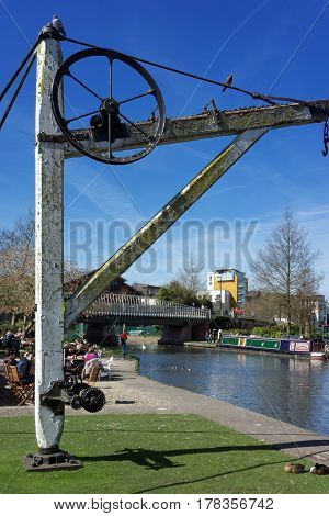 Newbury, UK. 26th March 2017. People are sitting by the River Kennet in central Newbury enjoying warm spring sunshine.