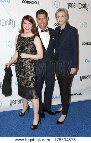 LOS ANGELES - MAR 21:  Kate Flannery, Jane Lynch, Tim Davis at the Generosity.org Fundraiser For World Water Day at the Montage Hotel on March 21, 2017 in Beverly Hills, CA