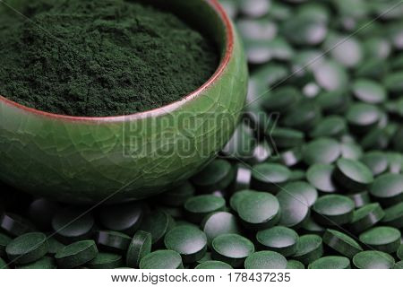 Ground spirulina and spirulina in pills - beauty treatment