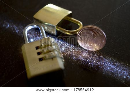 protection of savings with a padlock and a money