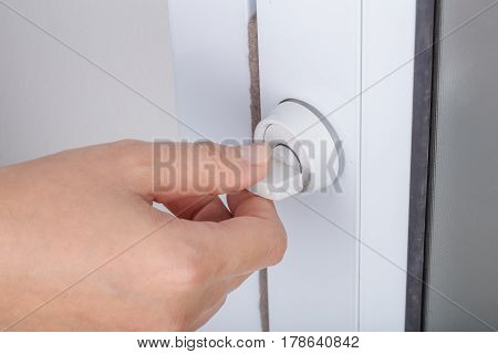 Hand Locking Door Knob Of Glass Door