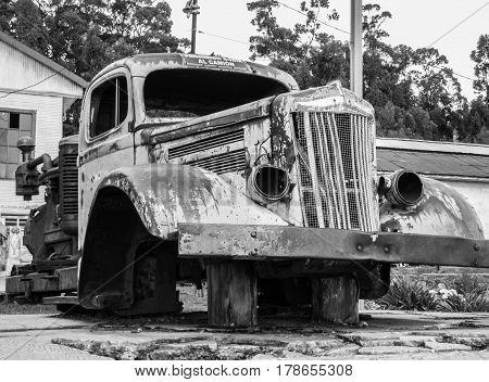 Fotografia en blanco y negro de auto antiguo