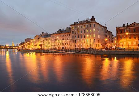 The city streets are lighted by electricity.The light of the lanterns reflected in the river.