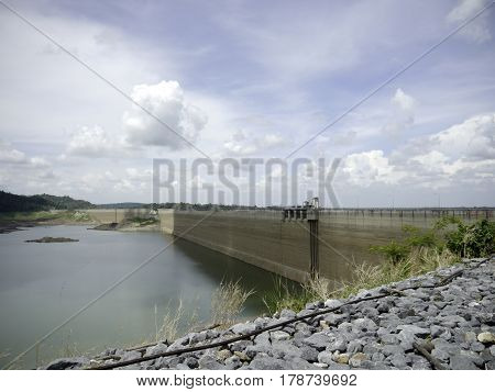 Originally called Klong Tha Dan Dam was crushed compacted concrete dam in the world and the longest in Thailand. Created works of King. To store water during the rainy season to the dry season. The objective is to flood the house of representatives. Farms