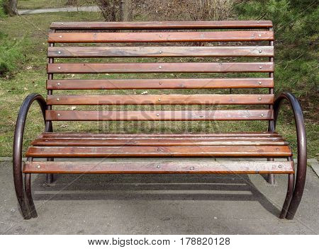 Empty wooden bench in the city park