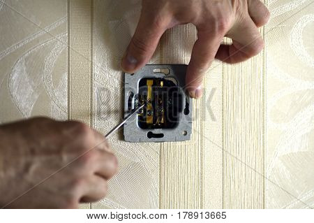Electrical work in the room, Installation of electrical sockets with grounding