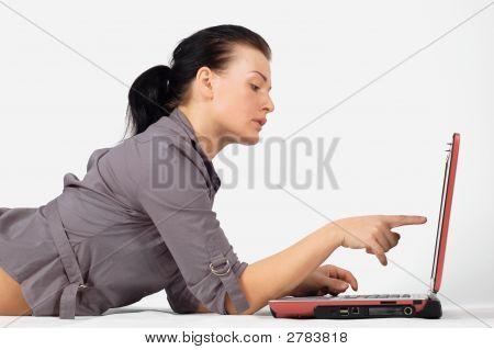 Frau arbeiten am Laptop