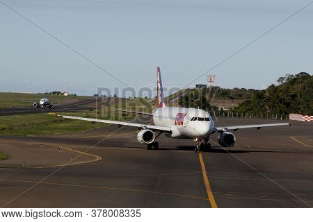 Salvador, Bahia / Brazil - April 14, 2013: Airbus A320-232 From The Airline Tam Is Seen During Taxii