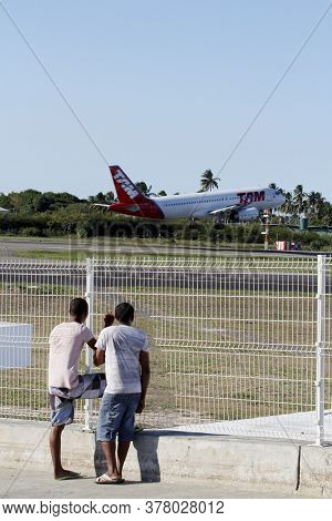 Salvador, Bahia / Brazil - April 14, 2013: Airbus A320-232 From Airline Tam Is Seen During Landing P
