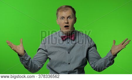 Handsome Thinking Young Man In Focus Looks At Camera Goes Mind Blown Showing Explosion Of Ideas. Por