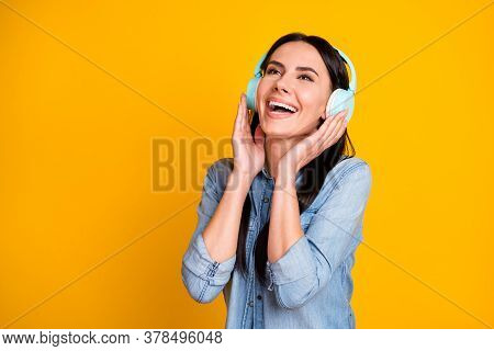 Close-up Portrait Of Her She Nice-looking Attractive Pretty Cheerful Cheery Glad Brunet Girl Listeni