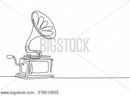One Continuous Line Drawing Of Old Retro Analog Gramophone With Vinyl Desk. Antique Vintage Music Pl