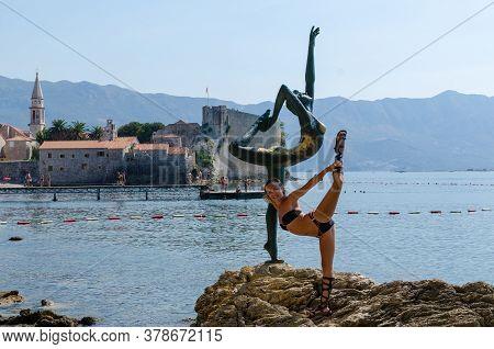 Budva, Montenegro - Circa September, 2011: Slim Tourist Posing For A Photo Near Woman Statue At Mogr