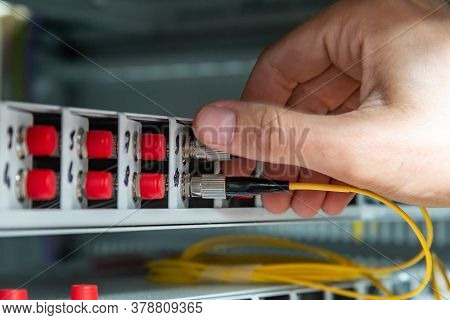 Secures The Fiber Optic Cable To Its Socket In The Switch By Tightening The Threads. Horizontal Orie