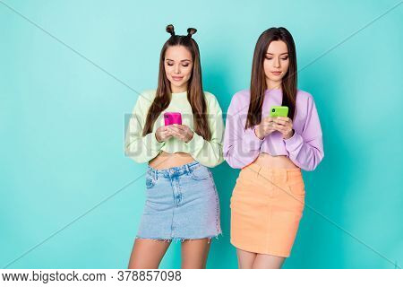 Photo Of Two Cool Funny Sisters Ladies Best Friends Looking Telephone Hands Chatting Each Other Wear