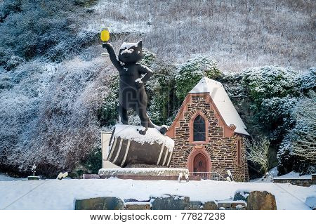 Cat holding beer statue