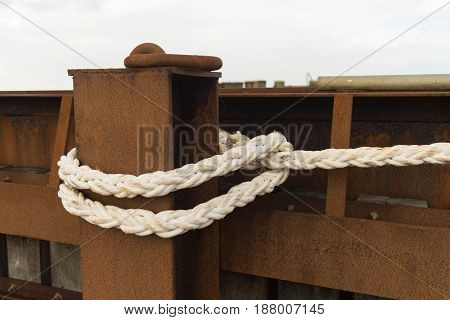 fixation of a ship with a peace of rope