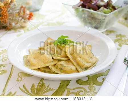 raviolis con pesto y frutos secos. Ravioli with pesto and nuts.