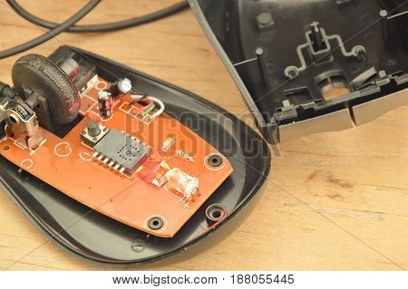 computer mouse separated parts and red light on