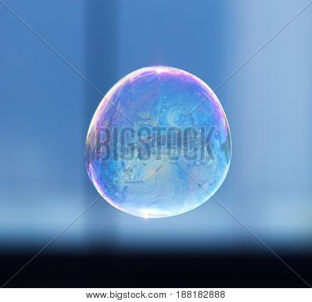 Beautiful soap bubbles fly in the city .