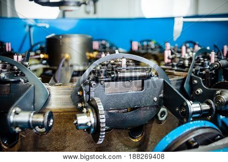 The mechanism of a vertical braiding machine. Equipment for braiding flexible steel braiding.