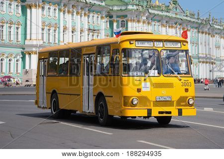 SAINT PETERSBURG, RUSSIA - MAY 21, 2017: City bus LiAZ-667 on the background of the Winter Palace. The third annual parade of retro transport in Saint-Petersburg