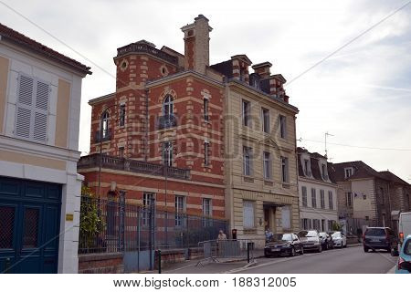 Buliding half in bricks, view from the street, Fontainebleau city (july 2015 31th)