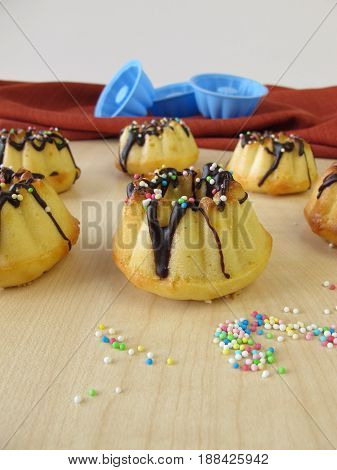 Mini gugelhupf with carob glaze and sugar pearls