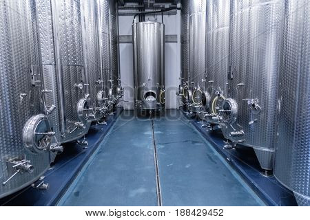 Distillation equipment for the food and beverage industry. Equipment for liquid processing.