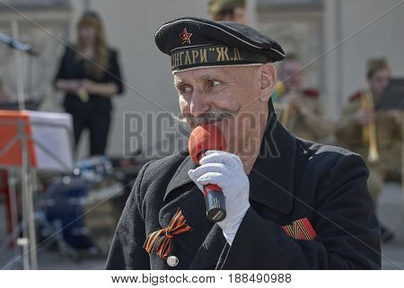 MOSCOW, MAY 9, 2010: Veteran solder is singing patriotic songs on celebration of Great victory 65th anniversary in Gorky Park. USSR victory in Second World War. 9 May Victory day