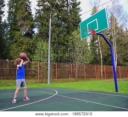 Young basketball player preparing to throw a ball in the basket