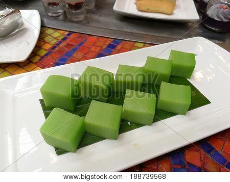 Pandanus steamed layer cake snack